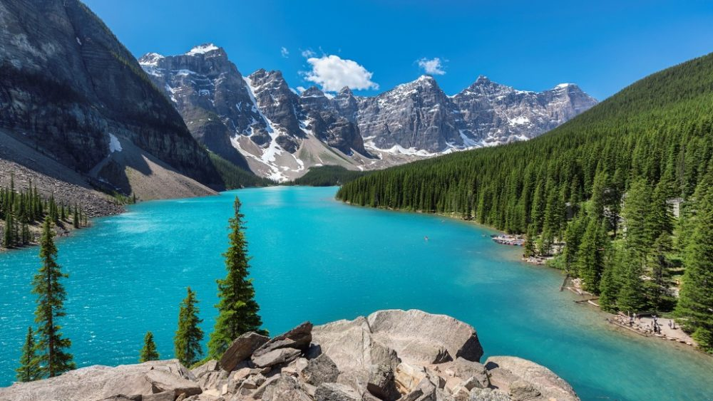 beautiful-turquoise-waters-of-the-moraine-lake | things to do in banff